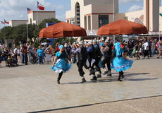 Trevliga och lyckliga folk dansar show Fotografering för Bildbyråer