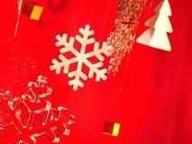 Trevliga och olika vita snöflingor Arkivfoto