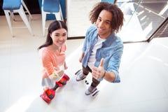 Trevliga par genom att använda mini- sigway Arkivfoto