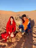 trevliga par i öknen Marocko arkivbilder
