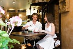 Trevliga par i ett litet kafé arkivfoto