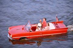 Trevliga par som har rolig röd amfibisk bilritt på sjöBuena Vista område royaltyfri bild