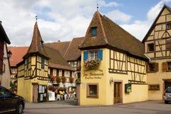 Trevliga små hus i den Eguisheim byn i Frankrike Royaltyfri Fotografi
