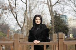Trevliga unga asiatiska kvinnor på den koreanska bron. Royaltyfria Bilder