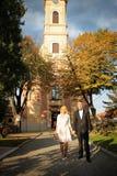 Trevliga unga brölloppar Arkivfoto