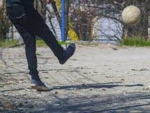 Trevliga unga män slå fotbollbollen arkivbilder