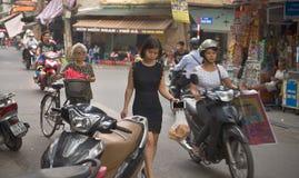 Trevliga vietnamesiska flickor i gatorna av Hanoi Royaltyfri Bild