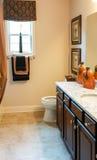 Trevligt bad med granitCountertops Royaltyfri Bild