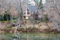 Trevligt En-ram hus i skog royaltyfri fotografi