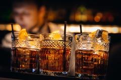 Trevligt för whiskycoctailar som tjänas som med härlig bokeh Arkivfoto