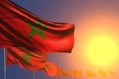 Trevligt förlade många Marocko flaggor på solnedgång diagonalt med bokeh och utrymme för din text - någon illustration för berömf royaltyfri illustrationer