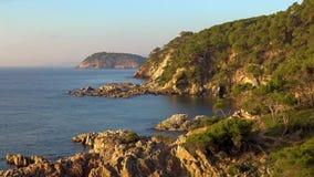 Trevligt fjärdlandskap i ett spanskt kust-, Costa Brava lager videofilmer