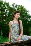 Trevligt flickasammanträde i skogen Royaltyfria Foton