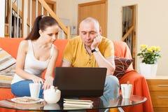Trevligt folk på bärbara datorn royaltyfri foto