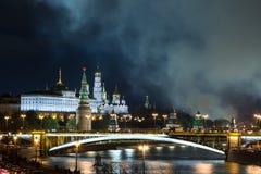 Trevligt foto av den ryska MoskvaKreml på natten Moskvagränsmärke Royaltyfria Foton