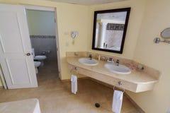 Trevligt fragment av sikten av det inre moderna stilfulla badrummet Arkivfoto