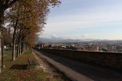 Trevligt gå i Bergamo Alta royaltyfria foton