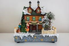 Trevligt gammalt dekorativt hus för ferierna arkivbild