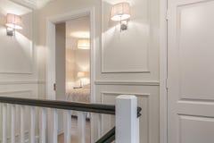 Trevligt hall och sovrumdörren i ett hus Arkivbilder