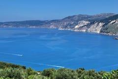 Trevligt hav på den Myrtos fjärden Arkivfoton
