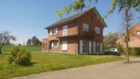 Trevligt hus i Belgien i solen Arkivbild