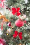 Trevligt julträd med den röda bollen och pilbågar Arkivfoton