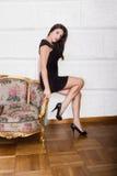 Trevligt kvinnasammanträde på vardagsrum fotografering för bildbyråer