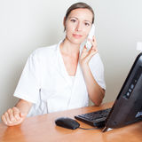Trevligt kvinnligt medicinskt le för receptionist Arkivbilder