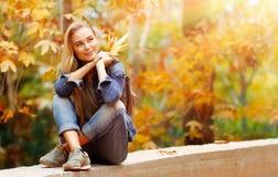 Trevligt kvinnligt utomhus arkivfoton