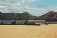 Trevligt landskap med blå den himmel-, berg-, sjö- och sandkullen royaltyfri foto