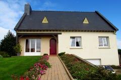 Trevligt lantligt hus i Europa arkivfoton