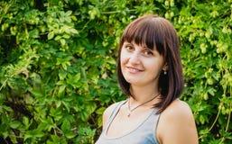 trevligt leende Stående av en ung kvinna Arkivfoton