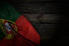 Trevligt någon illustration för festmåltidflagga 3d - mörkt foto av den Portugal flaggan med stora veck på gammalt trä med tomt u royaltyfri illustrationer