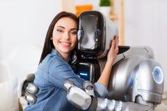 Trevligt omfamna för flicka och för robot Royaltyfri Bild