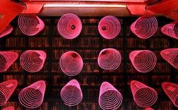 Trevligt ordnade rökelsepinnar i kinesisk tempel royaltyfria bilder