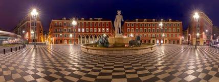 trevligt Panorama av den Massena fyrkanten och springbrunnen i nattbelysningen arkivfoton