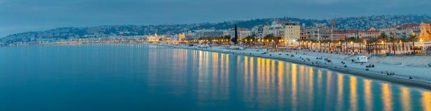 trevligt Panoramautsikt av staden och stranden på solnedgången royaltyfri bild
