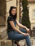trevligt posera för flicka Arkivfoto