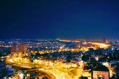 Trevligt siktsstadsljus på natten arkivfoto