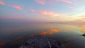 Trevligt solnedgånglandskap över sjön Balaton i byn Szigliget av Ungern stock video
