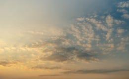 Trevligt solsken p? aftonhimmel royaltyfri foto