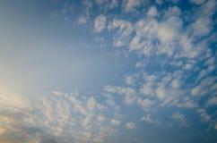 Trevligt solsken p? aftonhimmel royaltyfri bild
