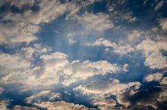 Trevligt solsken p? aftonhimmel royaltyfria bilder