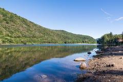 Trevligt sommarlandskap av Ghirla sjön i Valganna, Lombardy, Italien royaltyfri foto