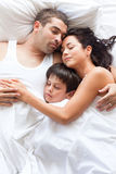 trevligt sova för familj tillsammans Arkivfoto