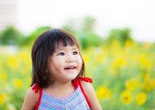 Trevligt stort leende från asiatiska barn Arkivbilder