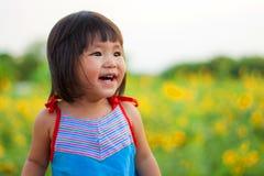 Trevligt stort leende från asiatiska barn Royaltyfri Bild