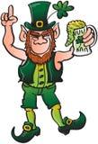 Trevligt troll som dricker öl och firar St P Arkivbild