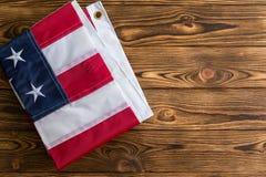 Trevligt vikt patriotisk amerikanska flaggan på trä arkivbilder