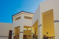 Trevligt vitt hotell med klar himmel royaltyfri fotografi